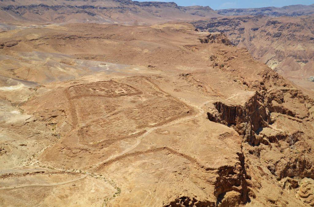 Blick von Masada auf die Überreste eines römischen Lagers
