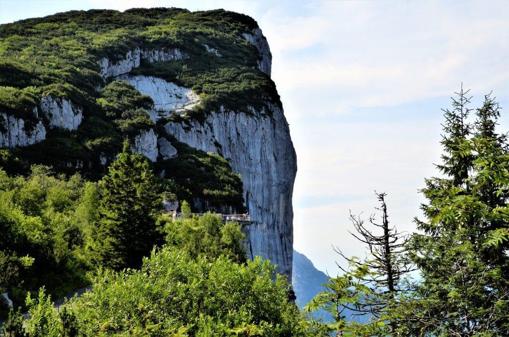 Steinplatte Blick auf die Aussichtsplattform direkt an der Bergwand
