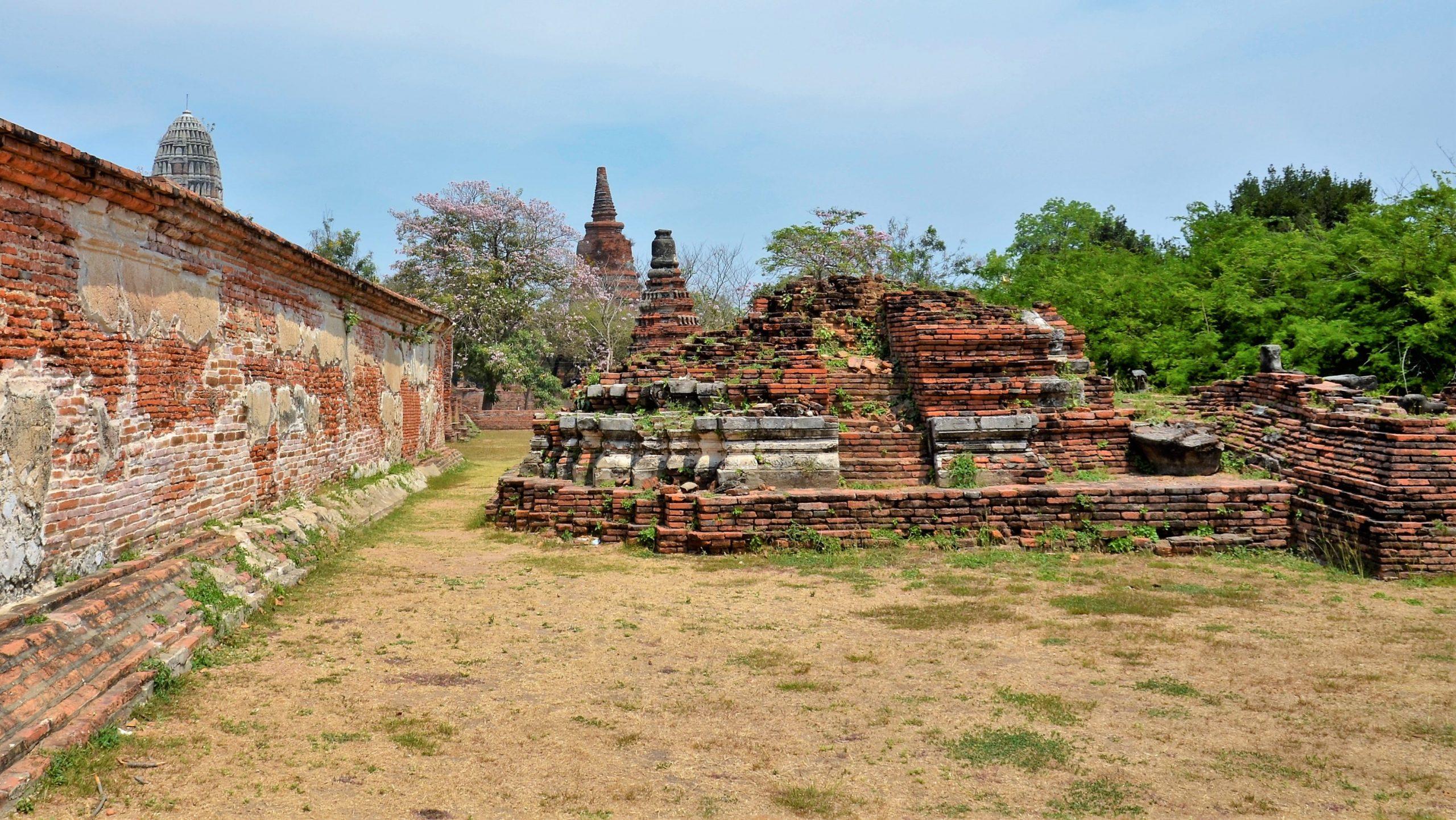 Tempelturm Wat Phra Ram & Reste eines Tempels in der Welterbestätte Ayutthaya