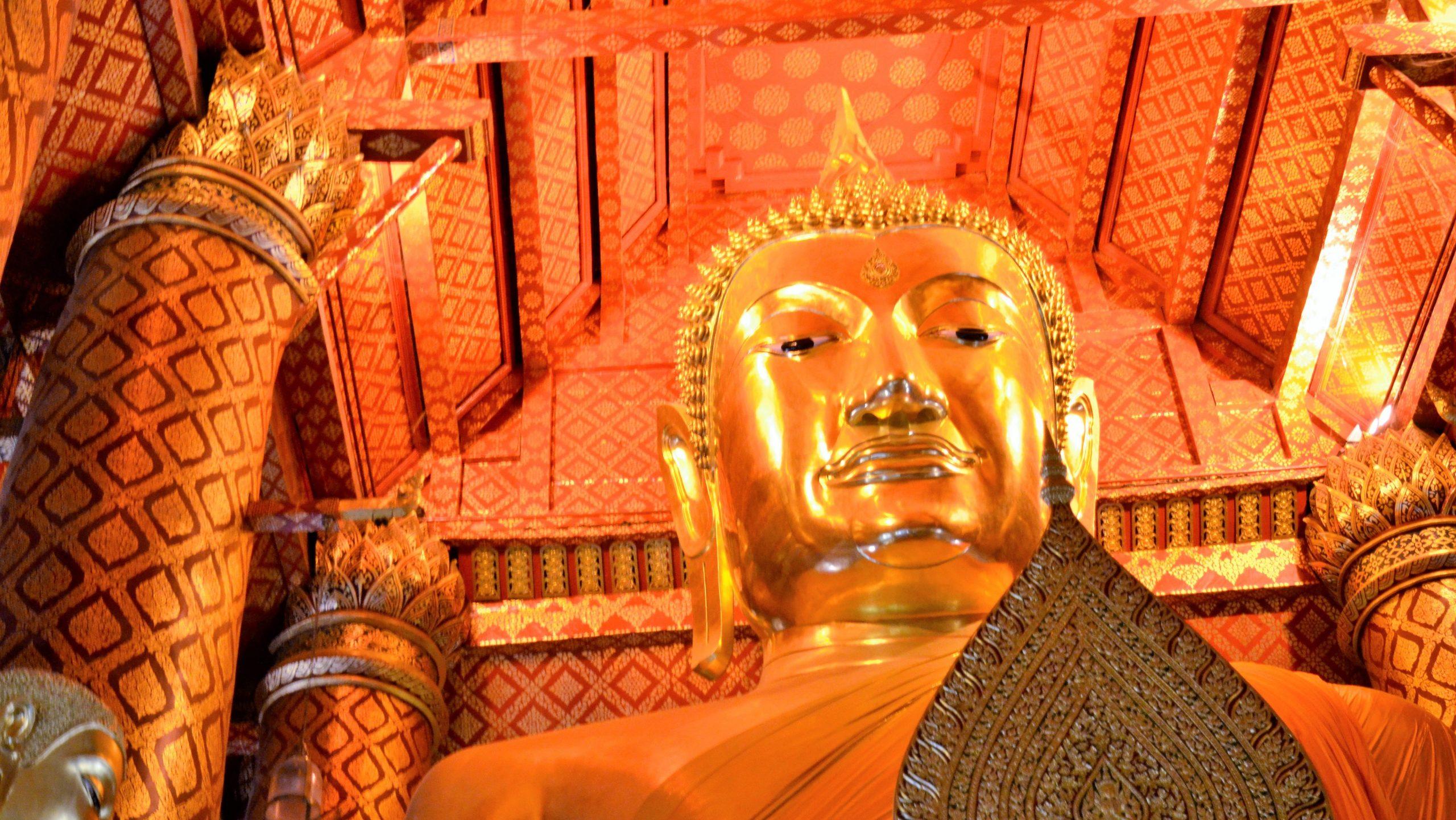Goldener Buddha im Wat Phanan Choeng Tempel